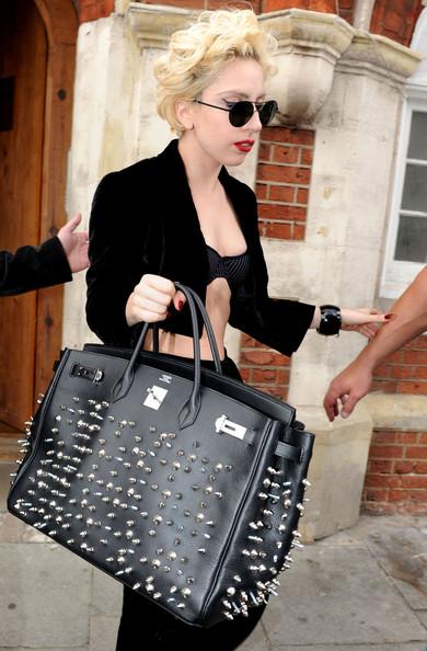 Леди Гага покидает студию звукозаписи носить туфли на платформе и проведение шипами Hermes Birkin...