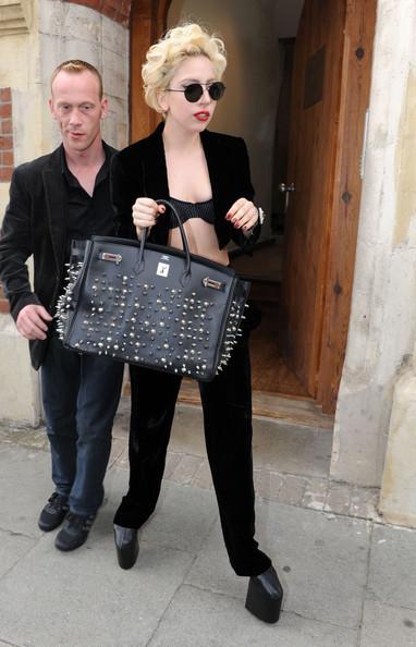 Леди Гага выходит из студии на высокой платформе и с сумкой Hermes Birkin.